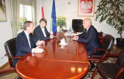 Wojewoda Lubuski Władysław Dajczak wręczył decyzję Ministra Infrastruktury i Budownictwa, który wyraził zgodę na nieodpłatne przekazanie czterech działek przez PKP S.A. gminie Zielona Góra.